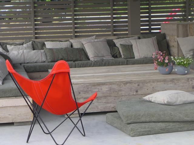 Un salon de jardindesign en bois avec rangements incorporés
